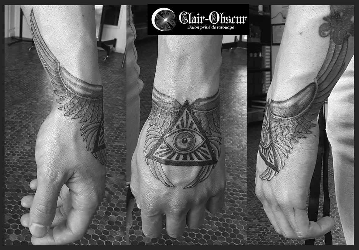 œil Illuminati Clair Obscur Salon Prive De Tatouage